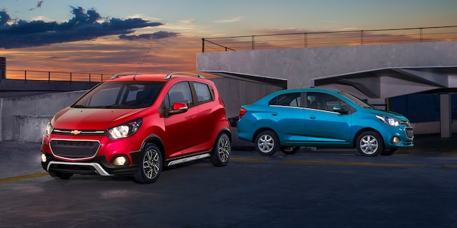 Chevrolet Beat Hatchback 2021 color rojo granada y Beat Notchback 2021 color azul caribe